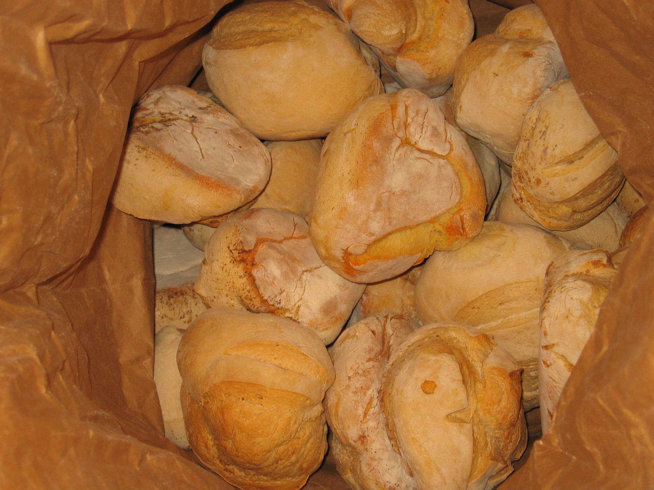Cuisson de pains dans le four à pain de Juillé